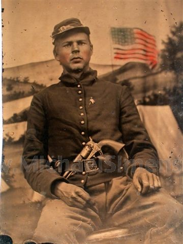 CIVIL WAR TINTYPE OF AN ARMED UNION SOLDIER